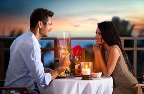 Appuntamento romantico tra uomo e donna.
