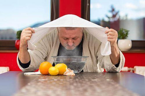 Uomo che fa suffumigi per la sinusite.