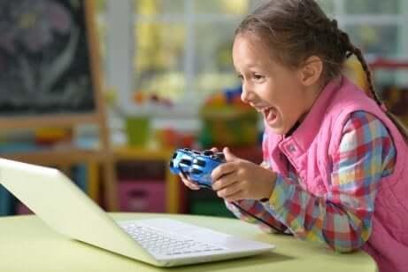 Bambina che gioca con i videogiochi.
