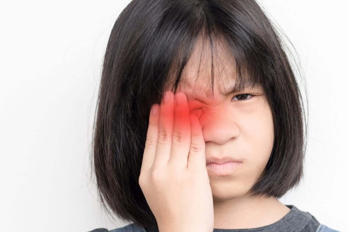 Cambiare colore degli occhi: bambina con male all'occhio.