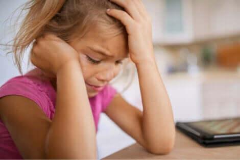 Bambina triste che piange.