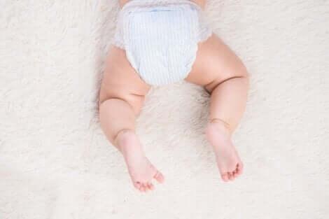 Bambino con pannolino.