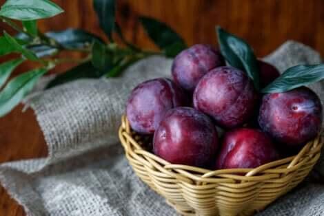 Varietà di prugne: cestino di prugne viola.