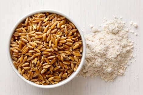 Ciotola con semi di kamut e farina.