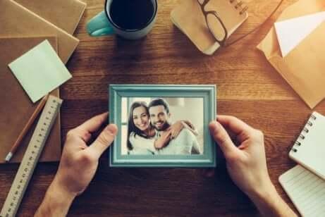Foto di una coppia incorniciata.