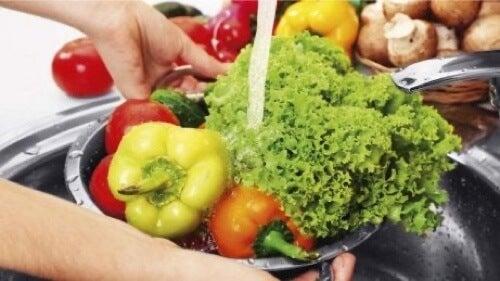 Procedura per disinfettare frutta e verdura.