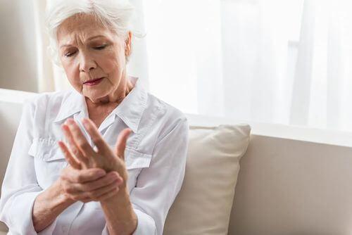 Donna anziana con intorpidimento alle mani.