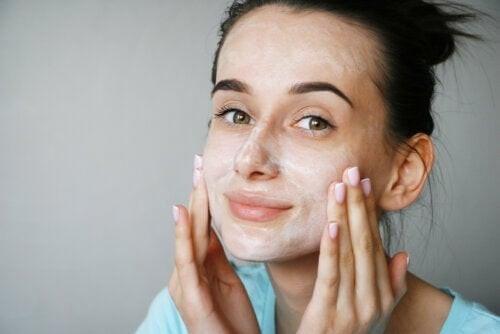 Siero di latte per la pelle: funziona?