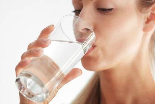 Donna che beve acqua.
