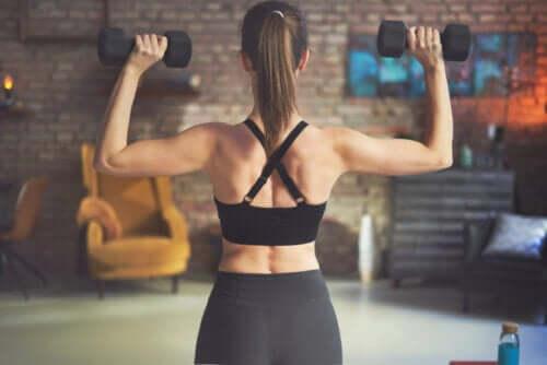 Allenare i muscoli della schiena: esercizi con manubri