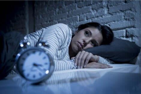 Donna con insonnia da ansia notturna e sveglia.
