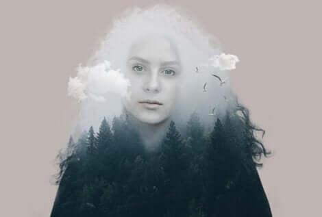 Donna fatta di foreste e nuvole.