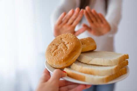 Tipi di celiachia e donna che rifiuta fette di pane.