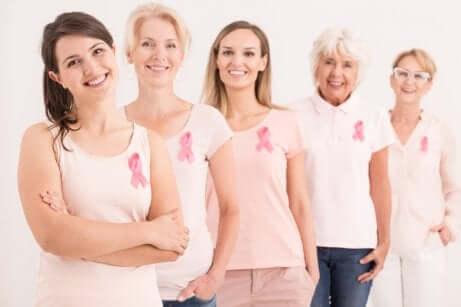 Donne attive nella sensibilizzazione contro il tumore al seno.