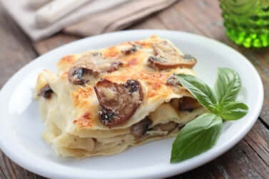 Lasagna vegana con funghi champignon.