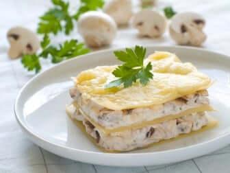 Lasagne vegane con besciamella e funghi.