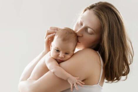 Tecnica pelle a pelle: madre che si stringe al petto il bambino.