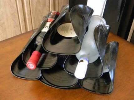 Portabottiglie fatto riutilizzando vecchi dischi in vinile.