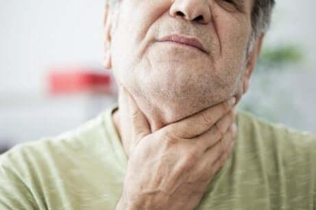Uomo con mal di gola.