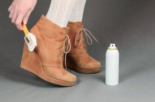 Prodotto per pulire scarpe scamosciate.