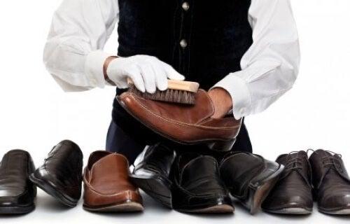 Pulire le scarpe in cuoio.