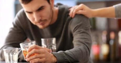 Ragazza consola il suo partner che ha problemi di alcol.