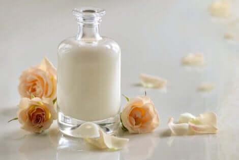 Siero di latte in bottiglia di vetro e rose.