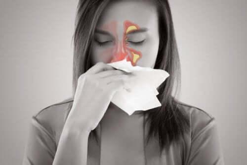 Donna con sinusite e mal di testa.