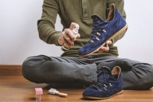 Uomo che pulisce calzature.