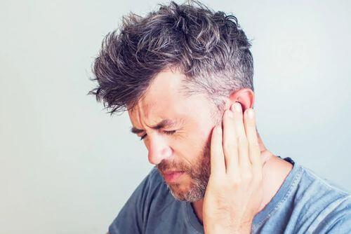 Uomo con dolore all'orecchio.