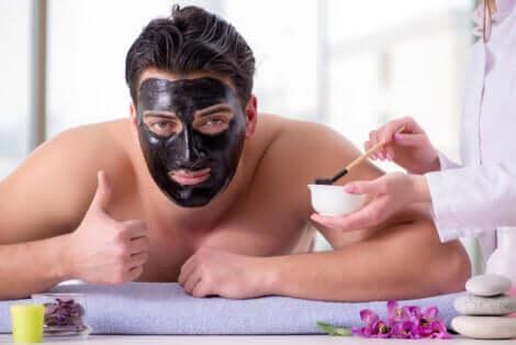 Uomo con maschera per il viso.