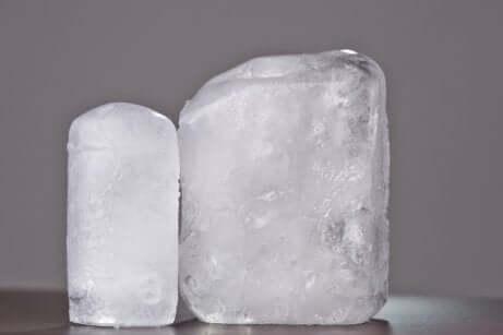 Due pietre di allume naturali.