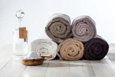 Bicarbonato di sodio per eliminare lo odore di umidità dagli asciugamani.