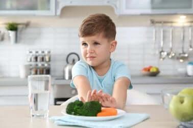 Disturbo da alimentazione selettiva: bambino che rifiuta il cibo.