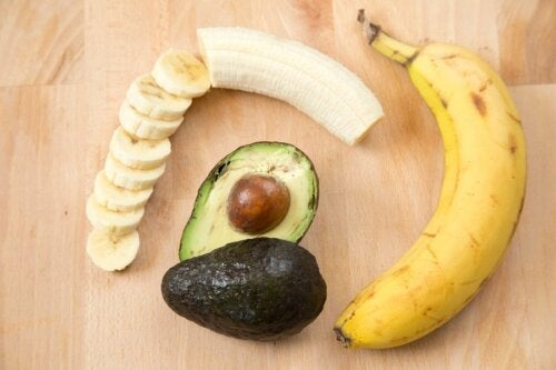 Prevenire le malattie cardiache con banana e avocado.