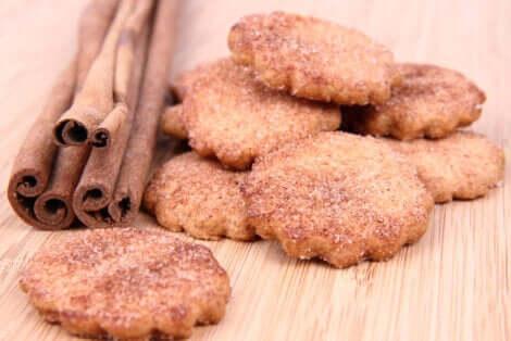 Biscotti alla cannella con cannella in stecche.