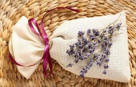 Riutilizzare gli avanzi delle saponette per sacchettini profumati.