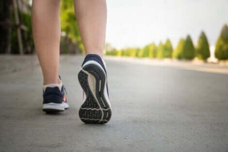 Camminare con le scarpe da ginnastica.