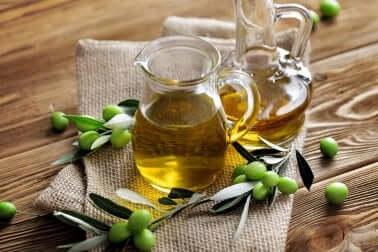 Caraffe con olio di oliva e olive verdi.