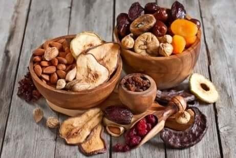 Ciotola di legno con frutta secca.