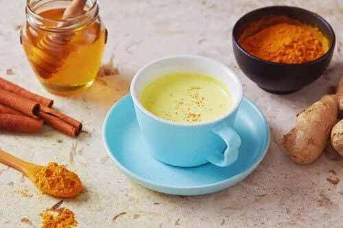 Combattere la tosse con il tè al pepe e miele
