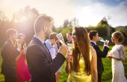 Preparare la lista degli invitati al matrimonio, organizzare il giorno delle nozze.