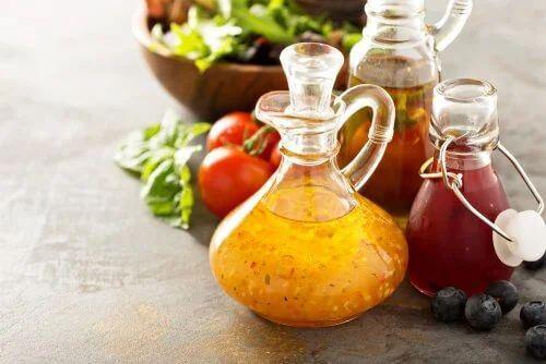 Insalata di verdure grigliate con vinaigrette al vino rosso.
