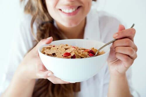 Donna che fa colazione sana.