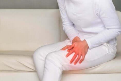 Donna con dolore gamba.