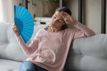 Donna si sventola con ventaglio.