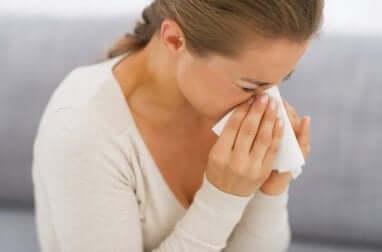 Donna che si soffia il naso.