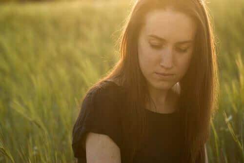 Donna triste che cerca di superare le conseguenze emotive di un tradimento.