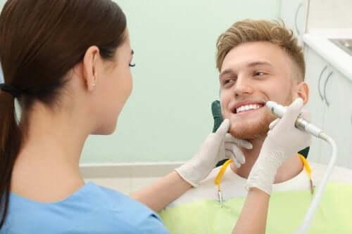 Eliminare il tartaro dai denti: utili consigli