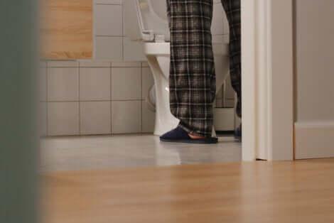 Gambe uomo in bagno.